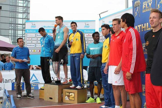 O pódio não era dos mais bonitos, mas Augusto Dutra parecia estar feliz com seu primeiro bom resultado internacional